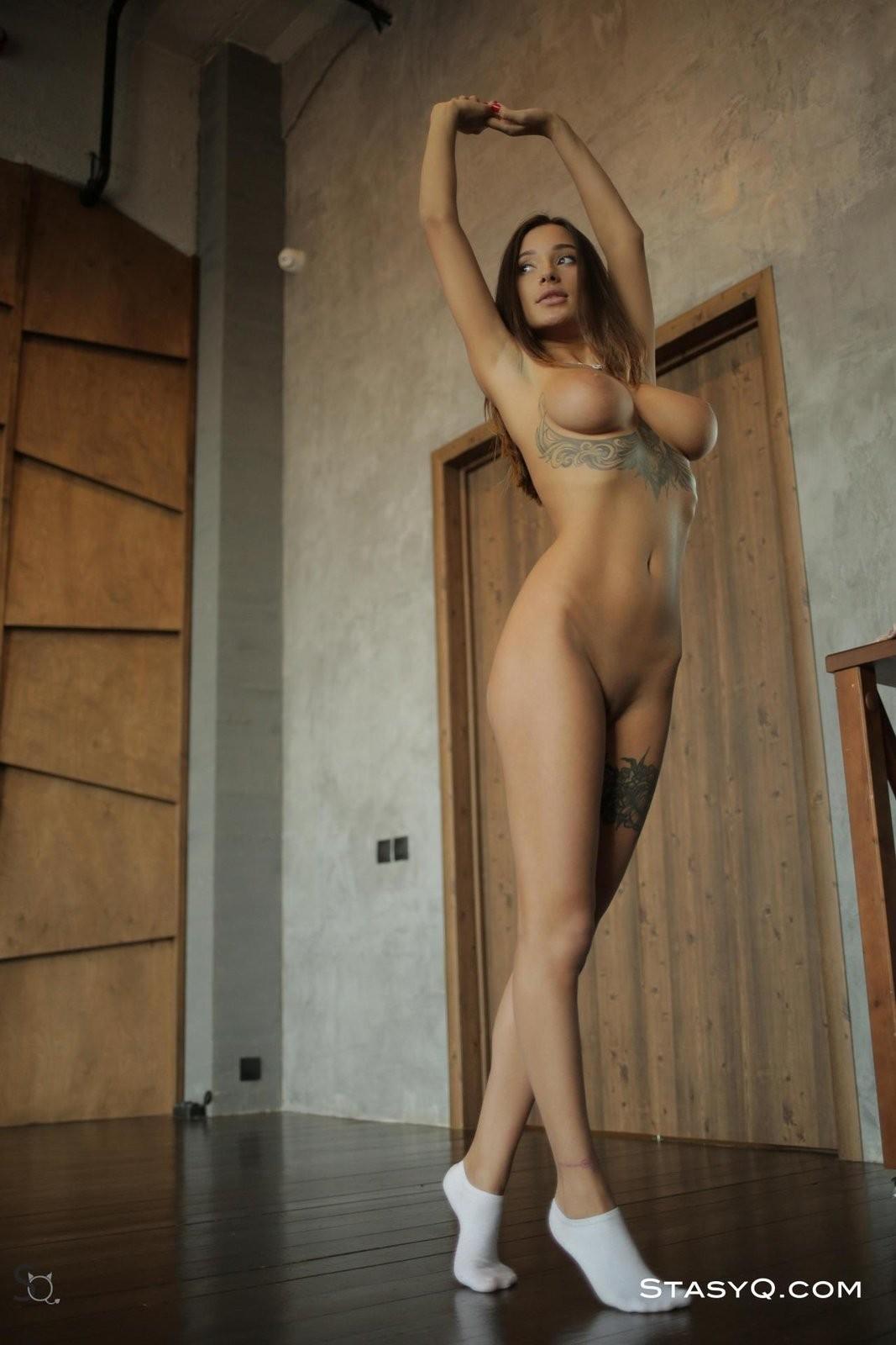 Красавица с крупными сиськами позирует в трусиках - фото