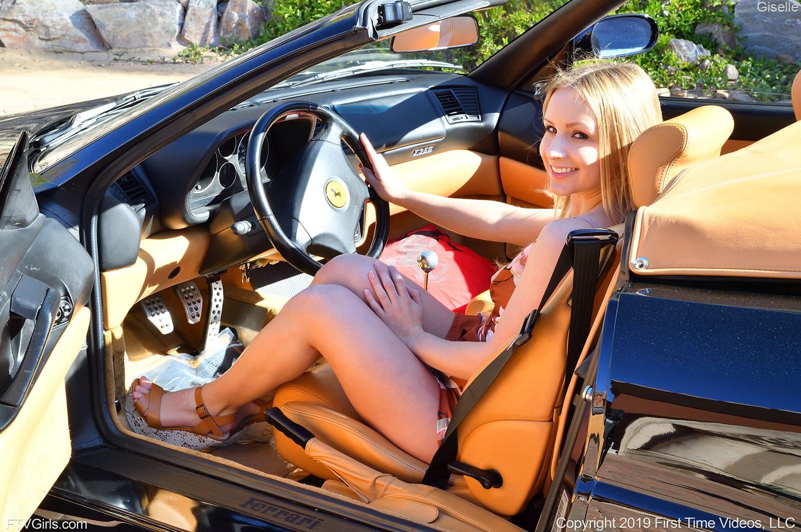 Блондинка в комбинезоне показала промежность - фото
