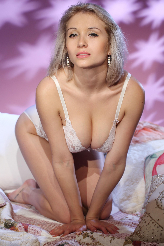 Красавица в боди показывает натуральную грудь - фото
