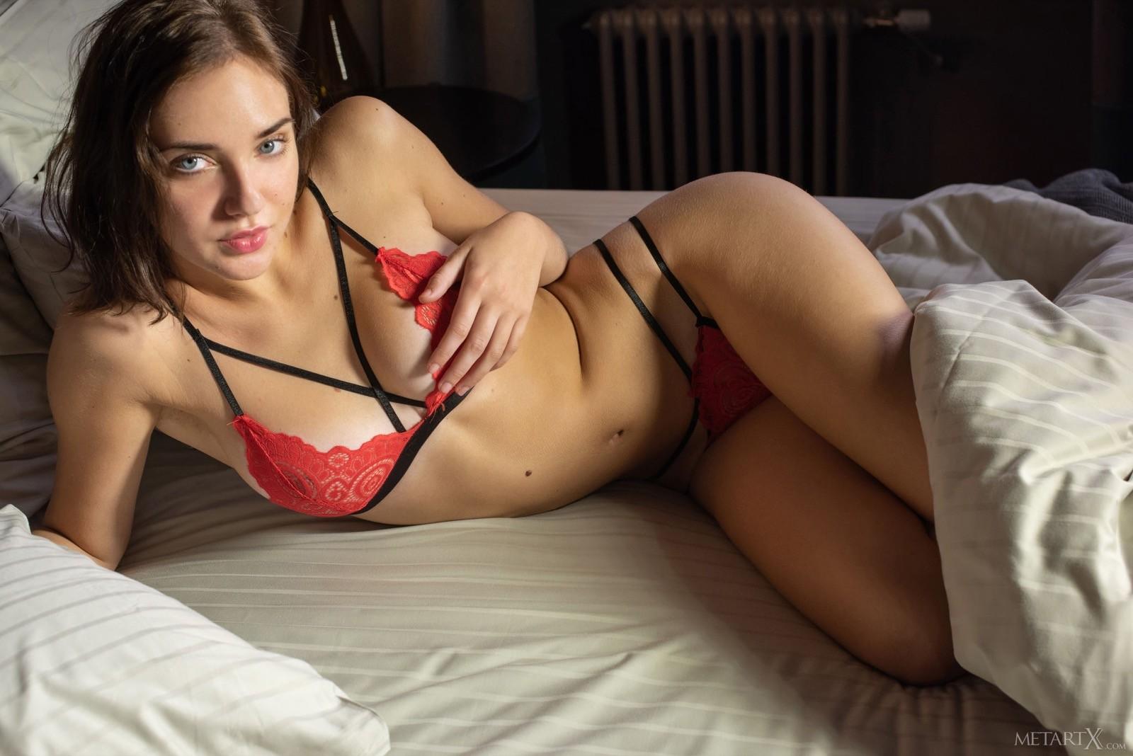 Голая девушка трётся киской об подушку - фото