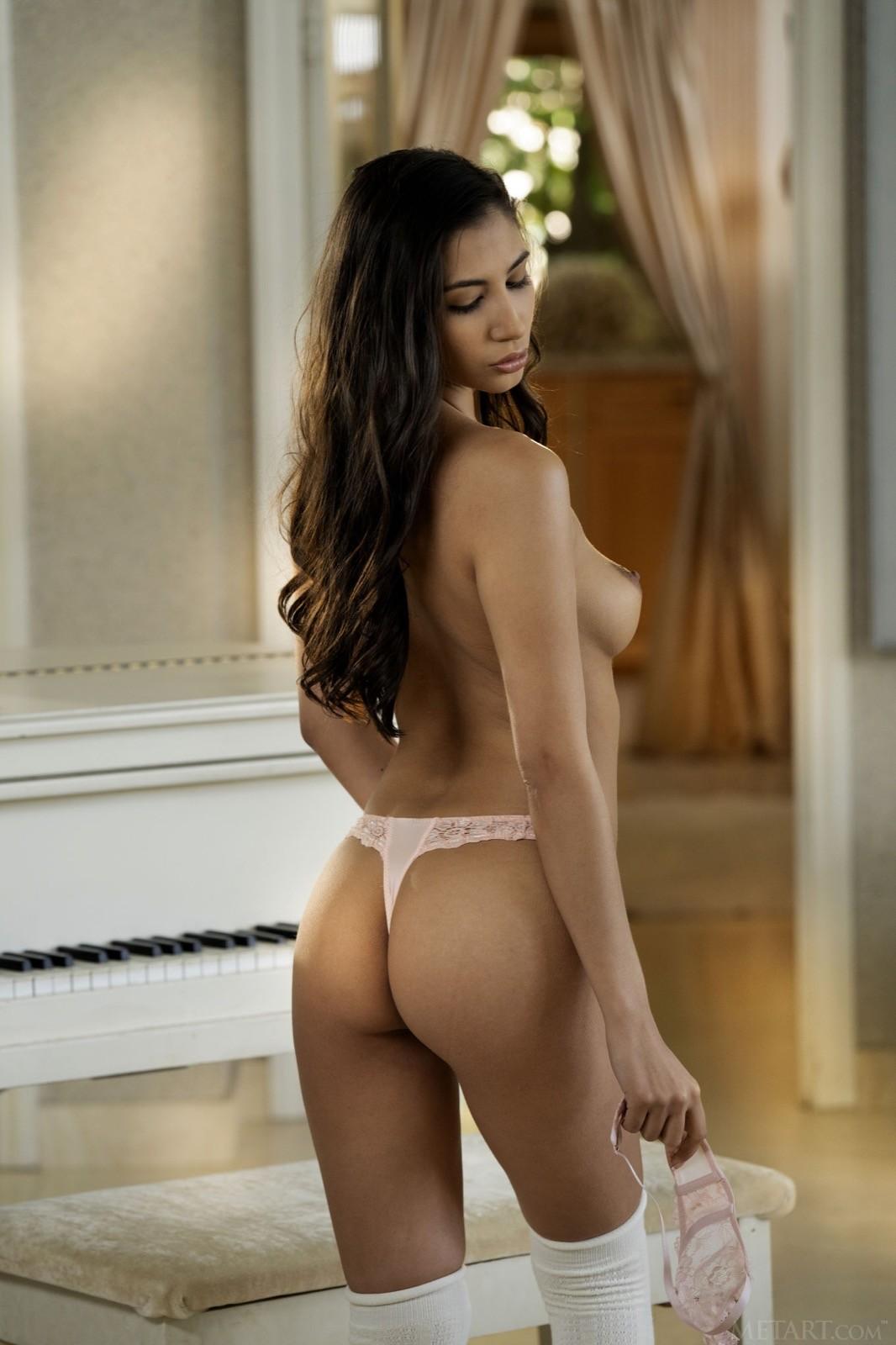 Красавица с сексуальной грудью в чулках и трусиках - фото
