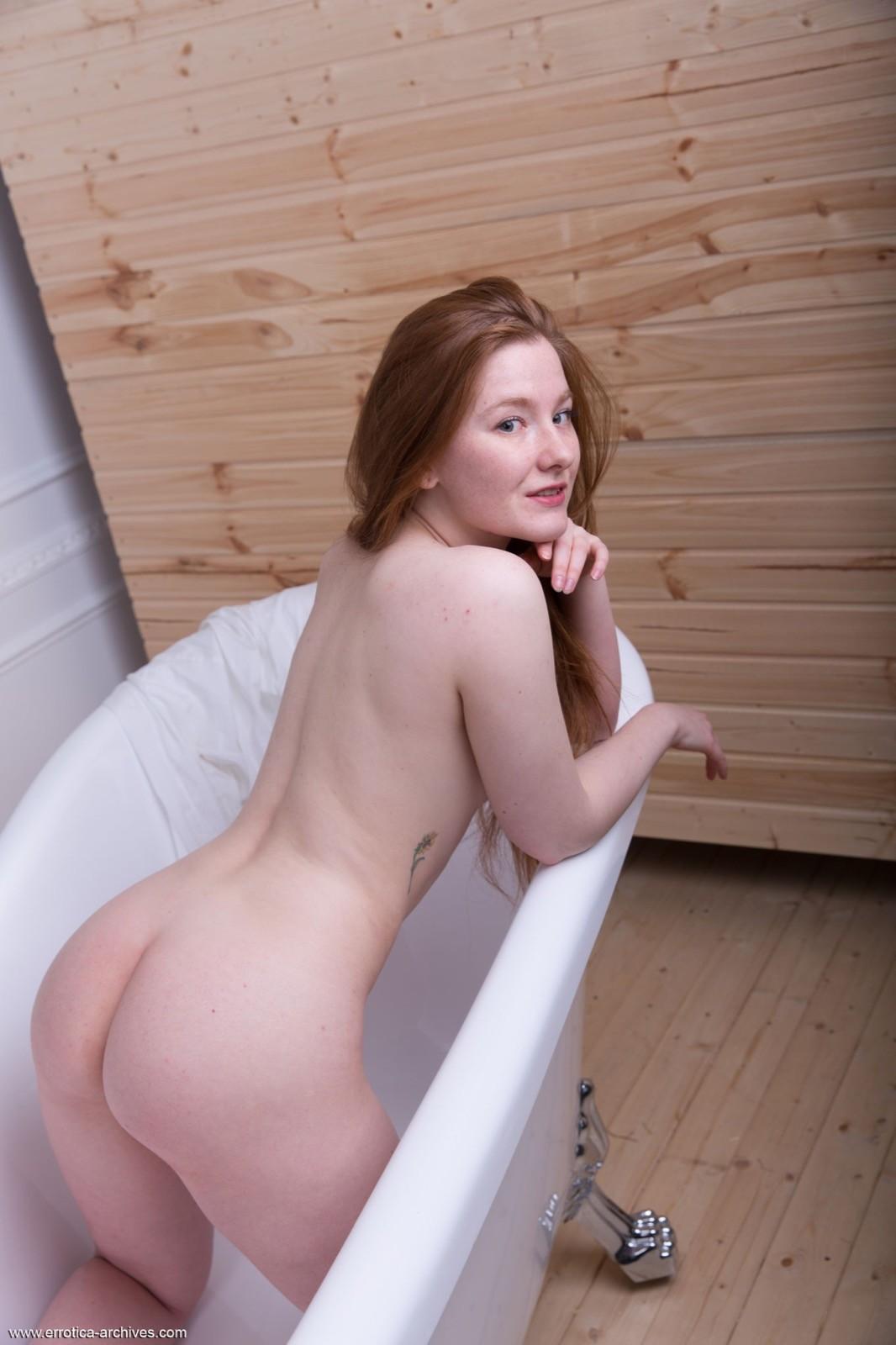 Рыжая девушка в ванной комнате - фото