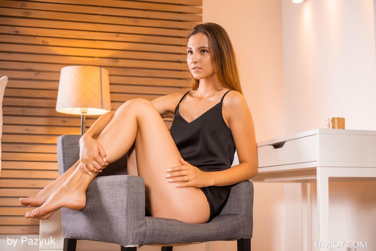 Грациозная красотка в пеньюаре и трусиках на кресле - фото
