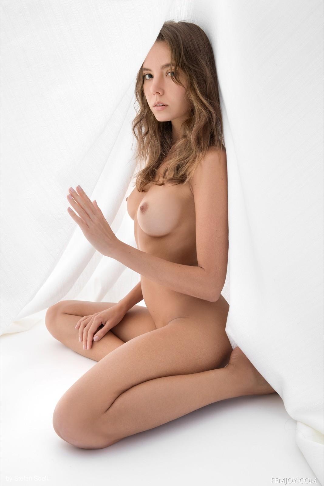Голенькая красивая девушка под покрывалом - фото