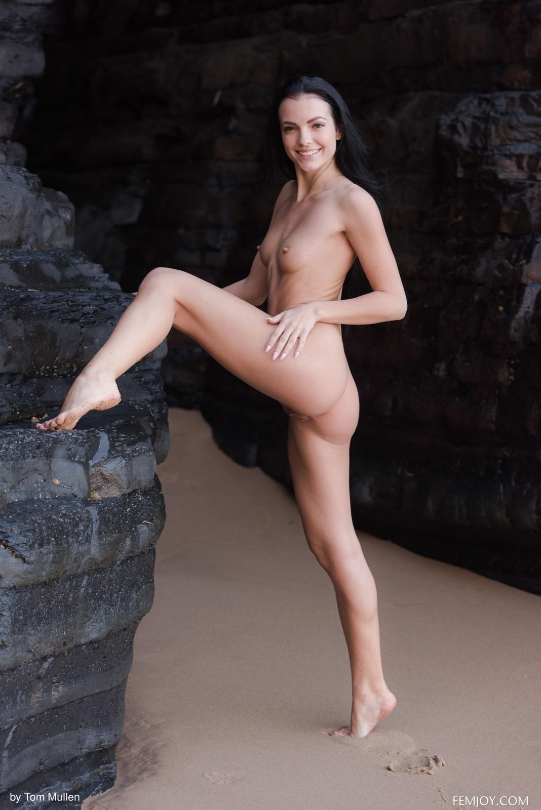 Красивая брюнетка оголила плоские сиськи на пляже - фото