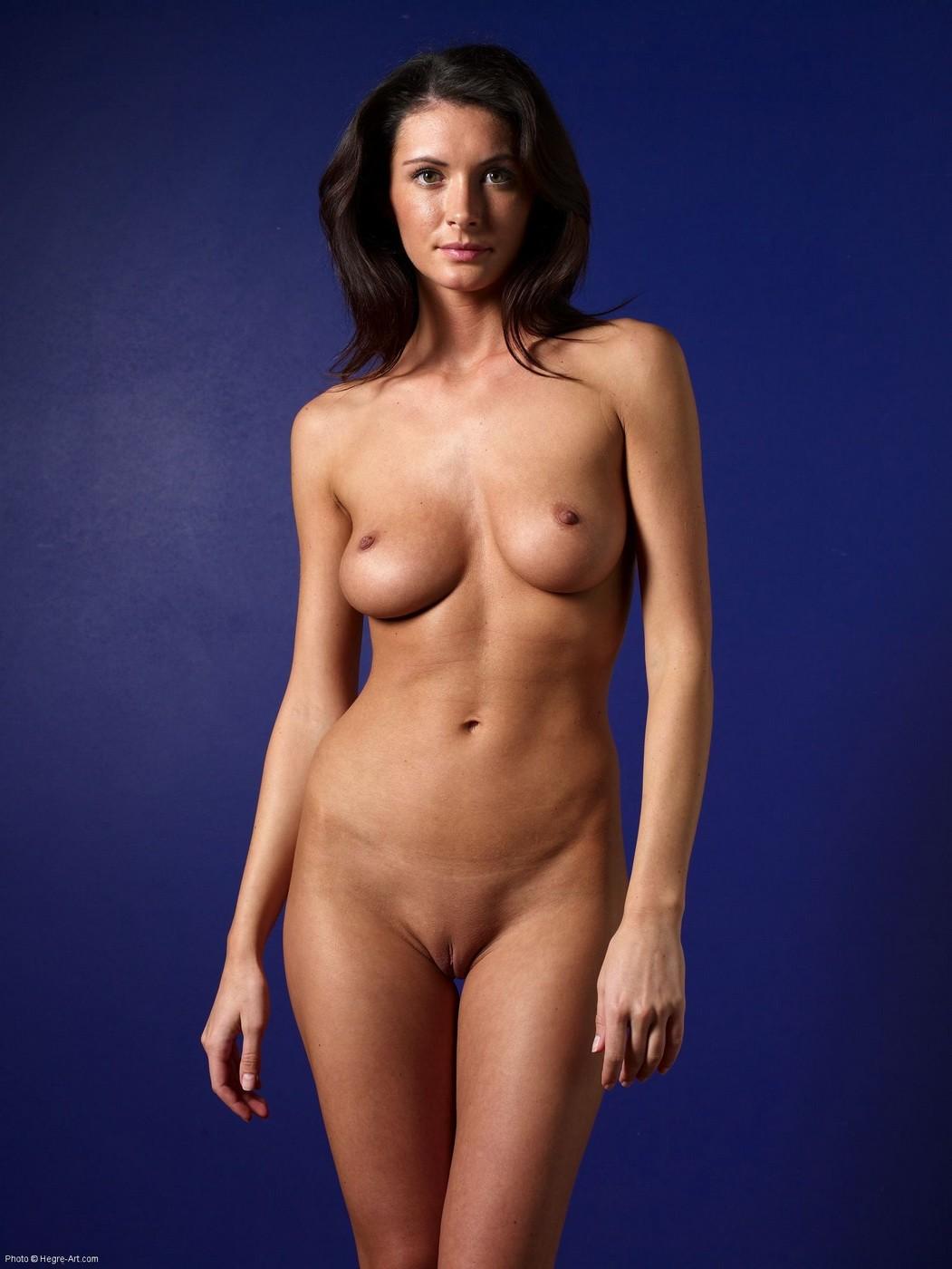 Голая модель с упругими дойками и красивым задом - фото