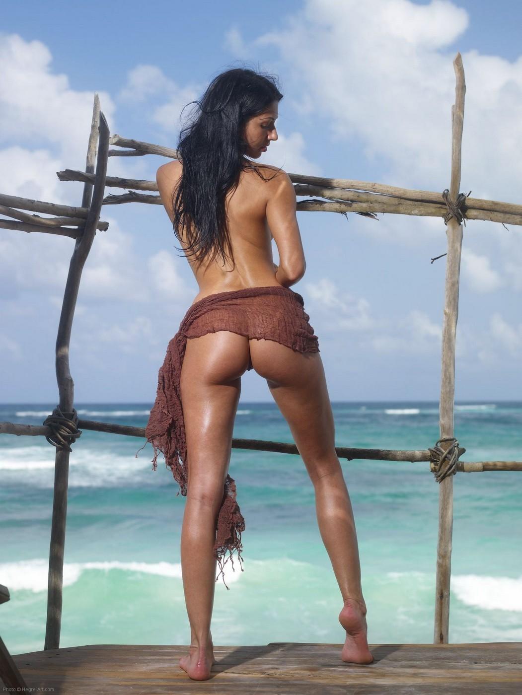 Голышом раздвигает ноги на пляже - фото
