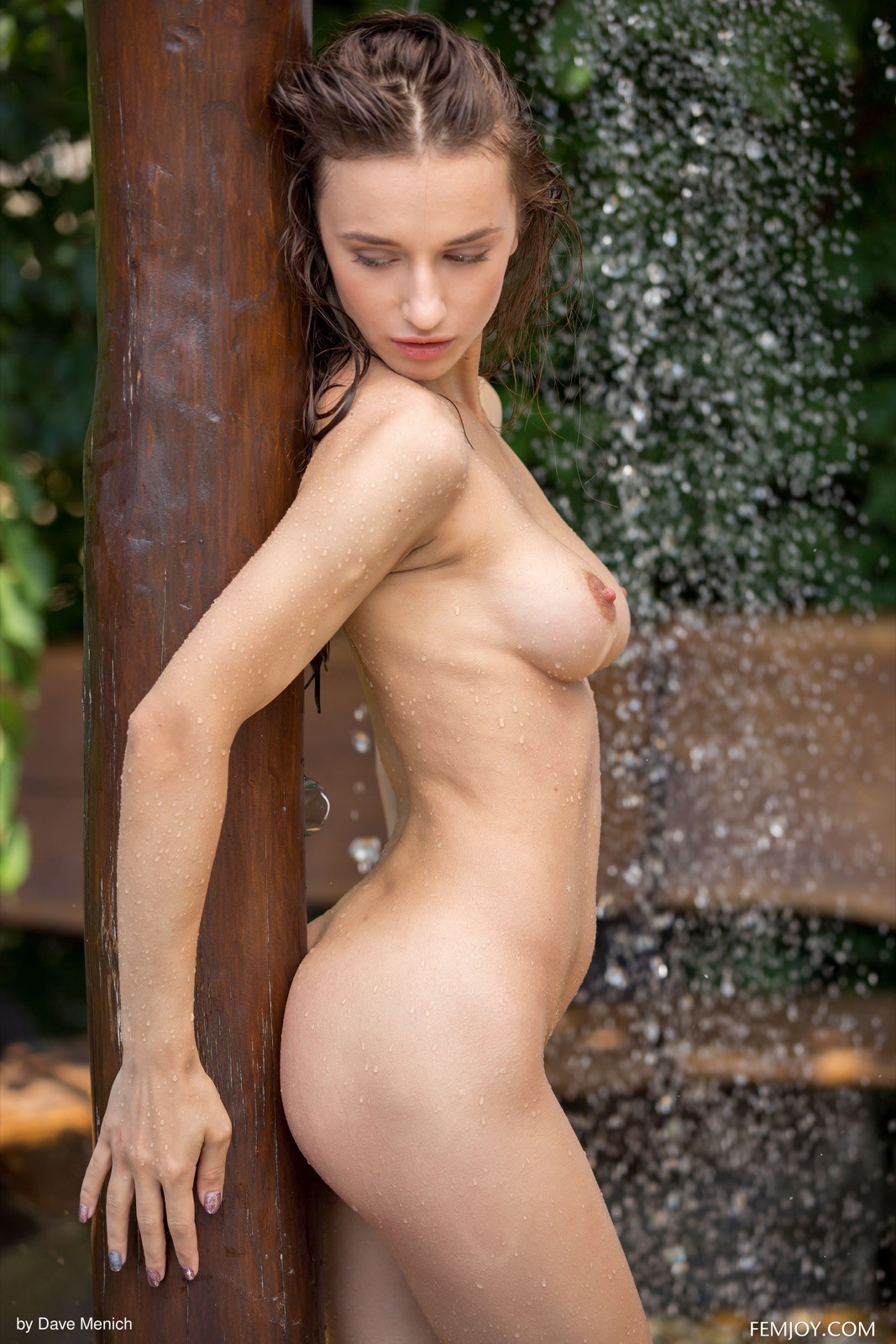 Мокрая модель с красивой грудью - фото