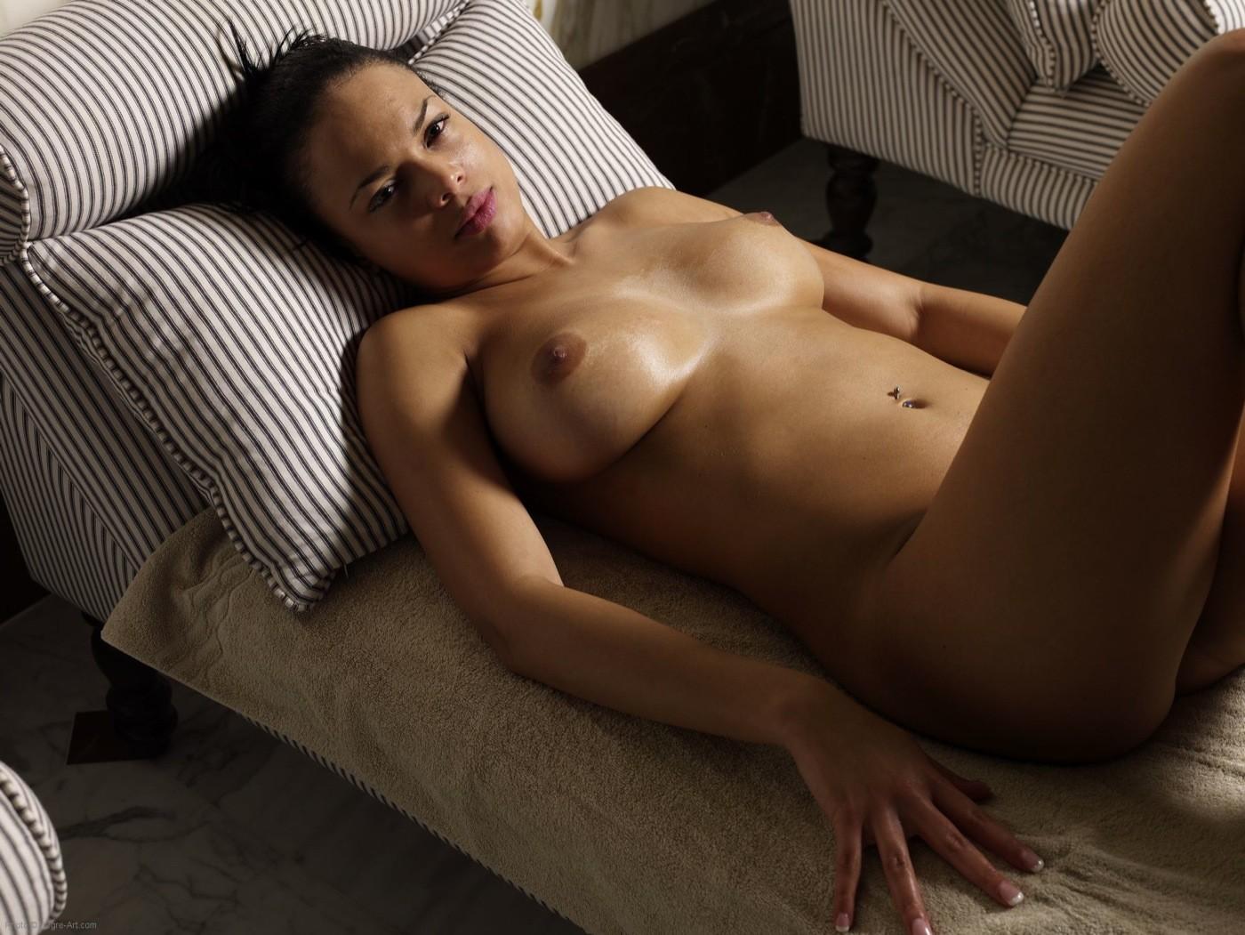Бразильская девушка с сочной попой и большой грудью - фото