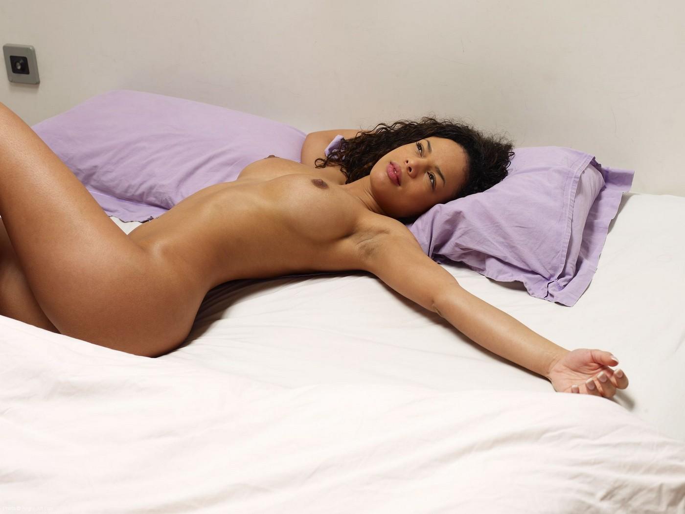 Нагая девица с сочной попой и крупной грудью в постели - фото
