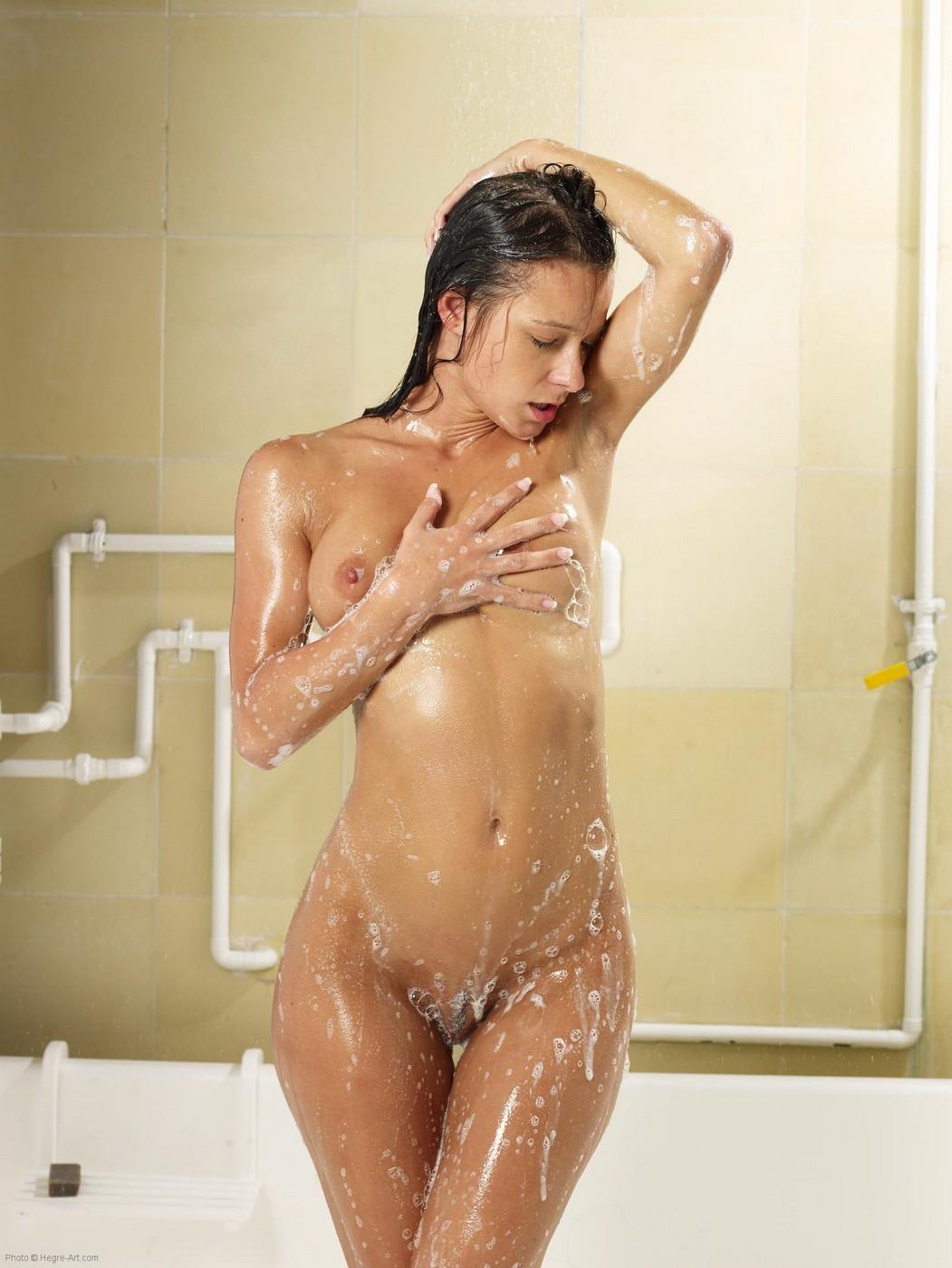 Мокрая девушка с сочной красивой попой  - фото