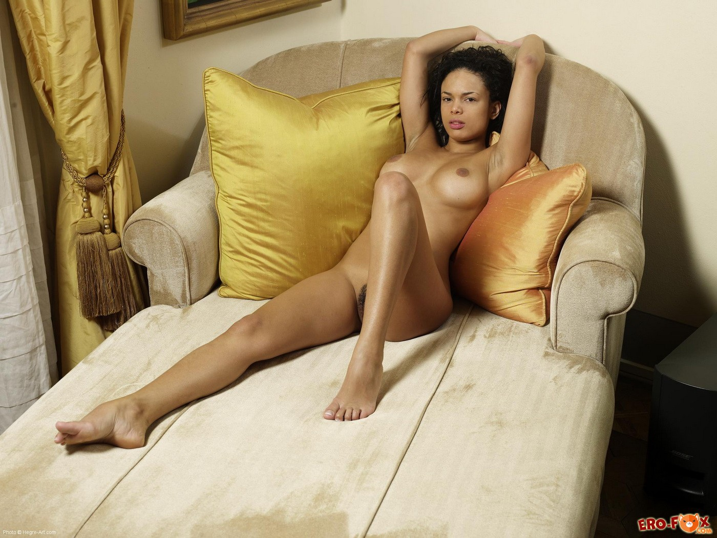 Бразильянка с упругими голыми сиськами на диване - фото