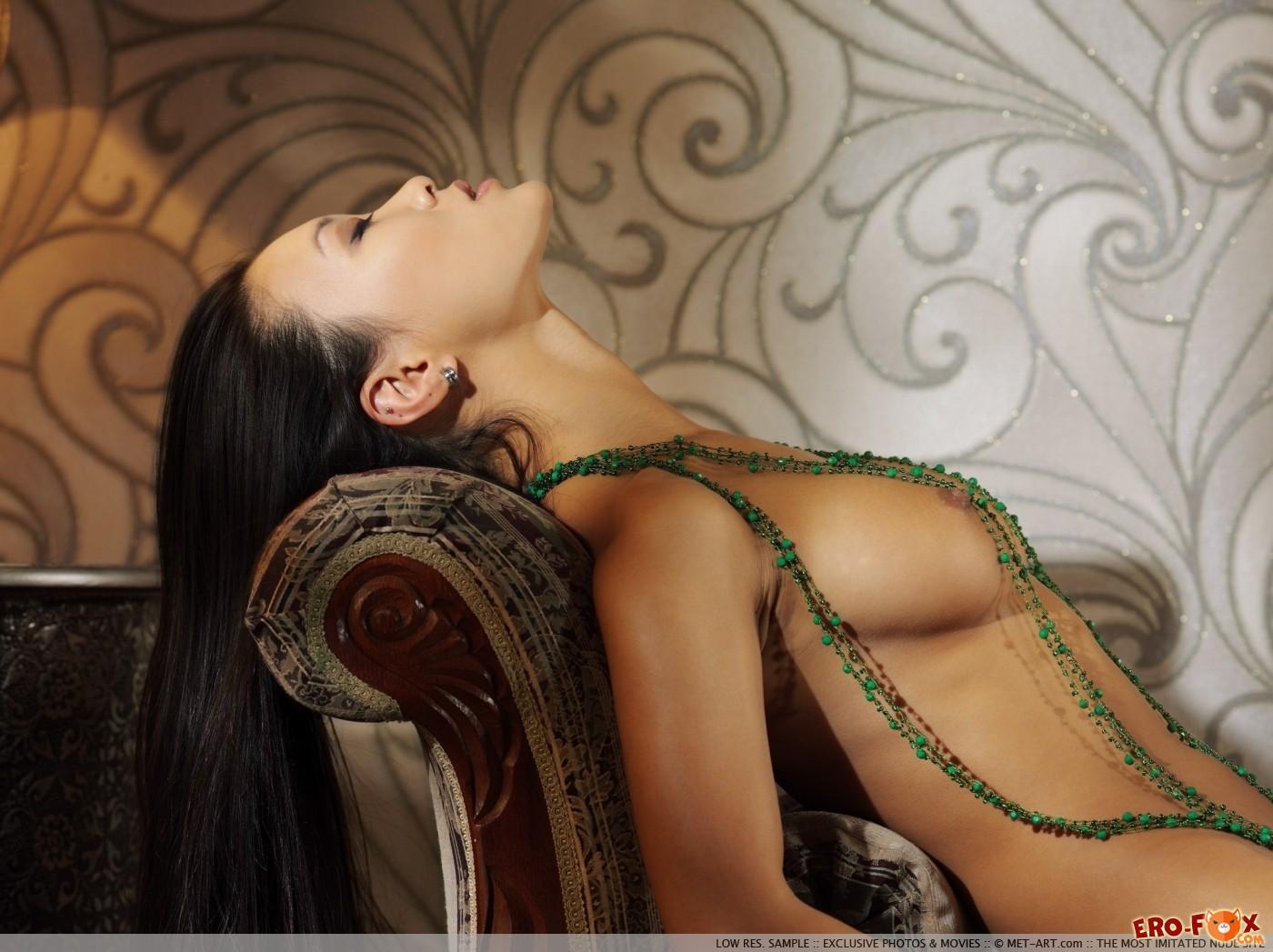 Кореянка с красивым телом нагая на софе - фото
