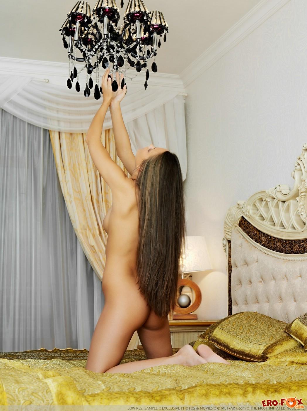 Соблазнительная моделька резвится в спальне - фото