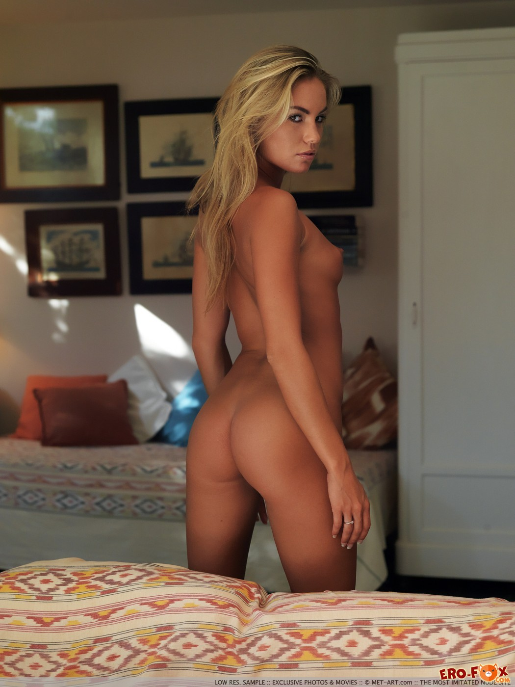 Сексуальная блондинка в шоколаде - фото