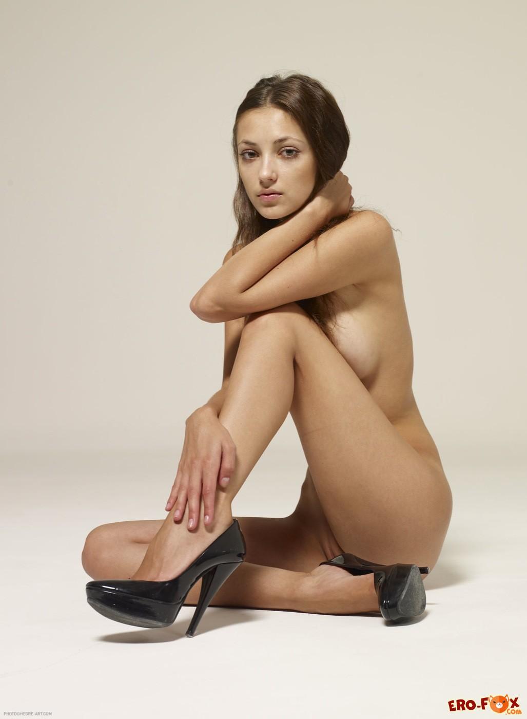 Голая девушка в туфлях раздвигает ноги на полу - фото