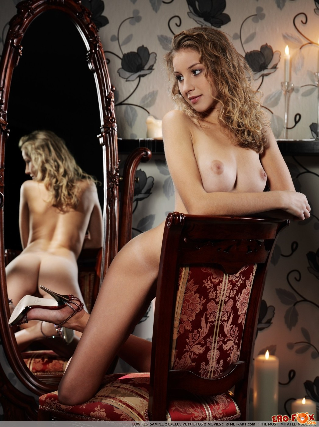 Шалунья смотрит на письку в зеркале перед сном - фото