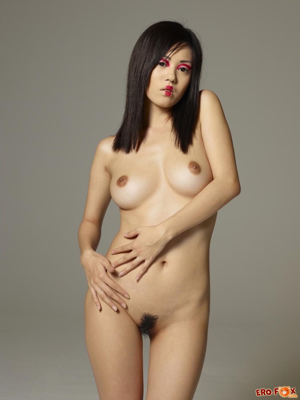 Голая гейша с красивым телом и волосатой писькой - фото