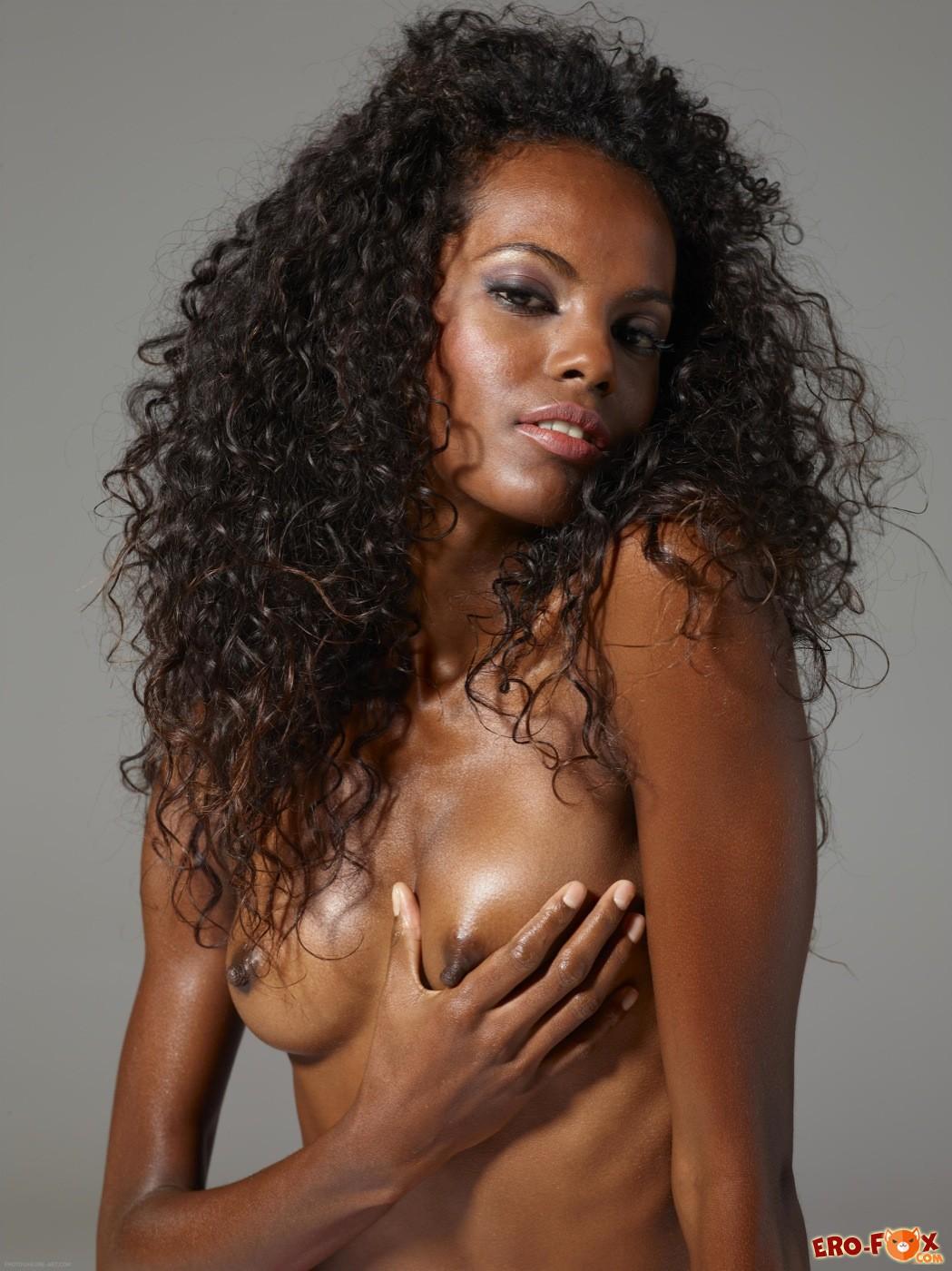 Худенькая чернокожая девушка в розовых трусиках - фото