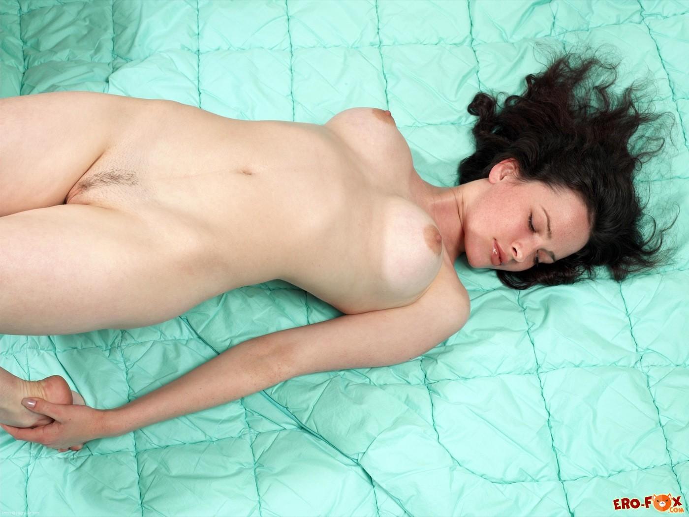 Похотливая брюнеточка с большими титьками в кровати - фото