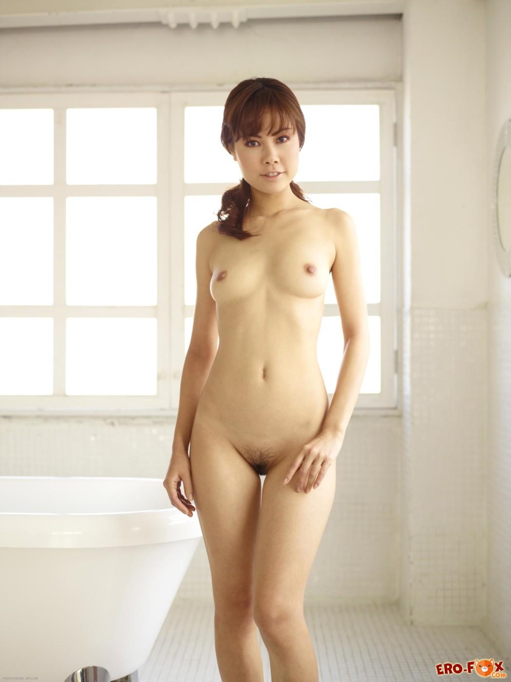 Симпатичная кореянка сняла халатик в ванной комнате - фото