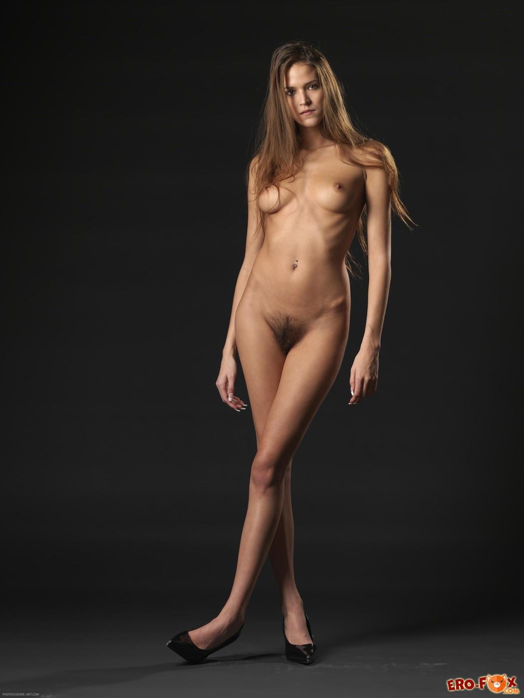 Голая женщина с волосатой киской в чулках - фото