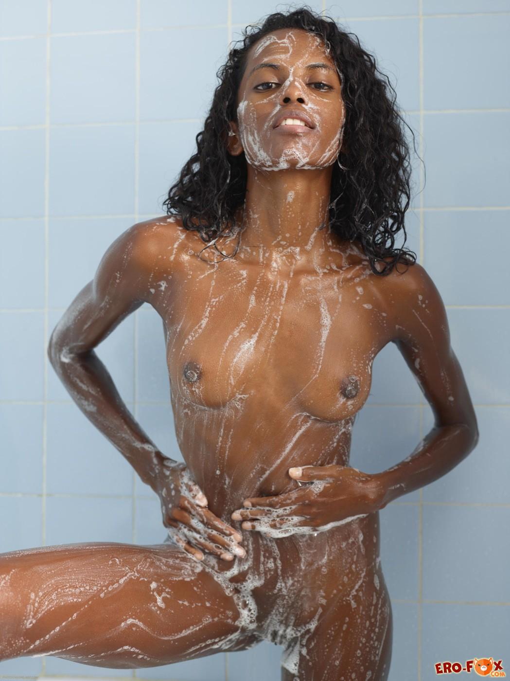 Тощая негритянка намылилась в ванной - фото