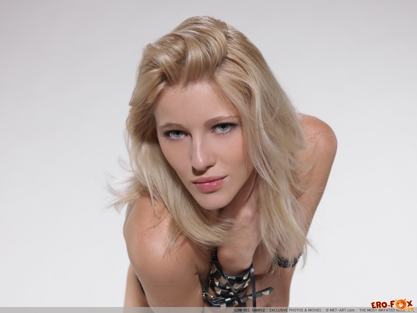 Развратная блондинка с плёткой и в сапогах - фото