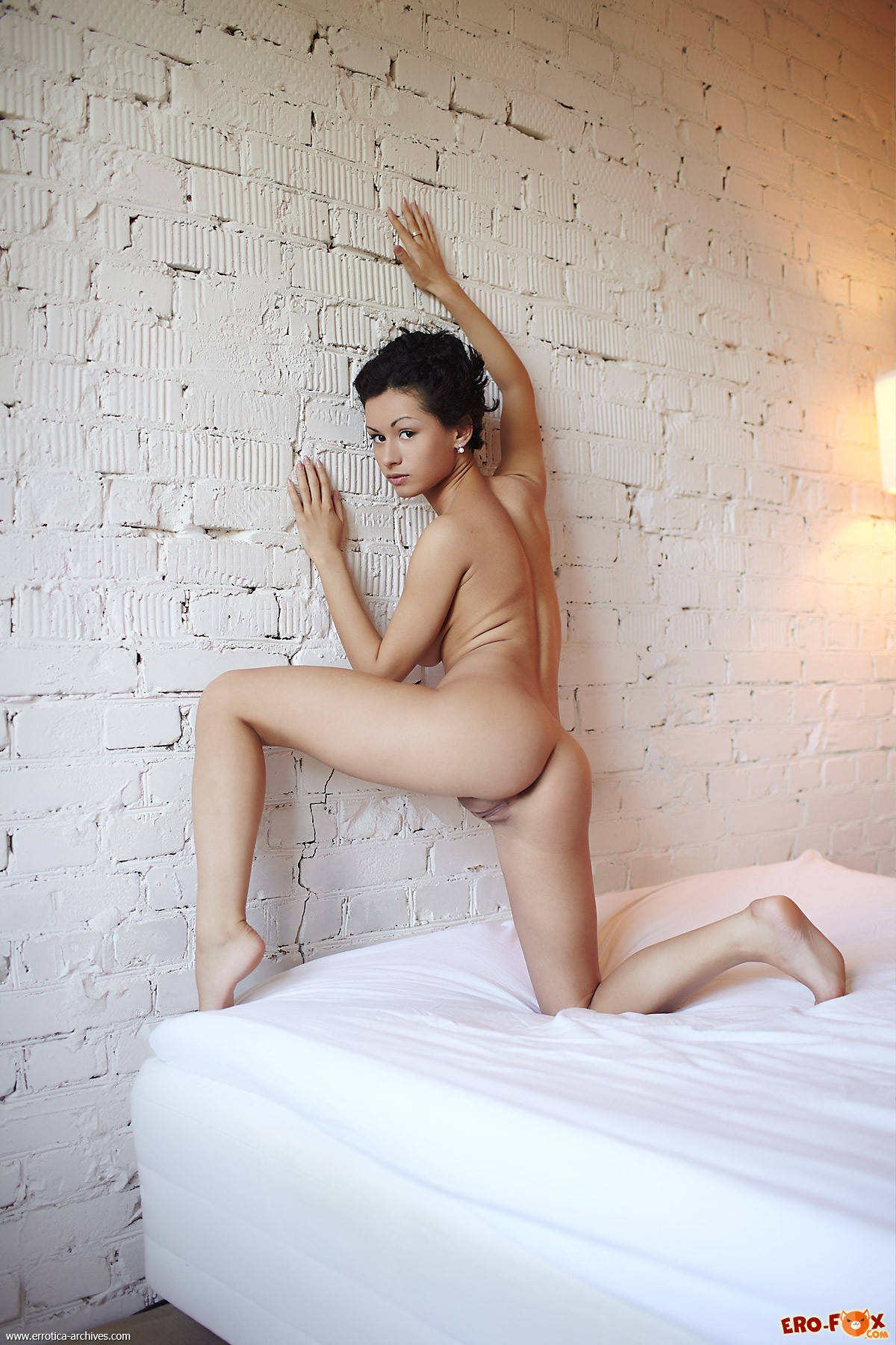 Грудастая девушка со сладкой писькой раздвинула ноги - фото