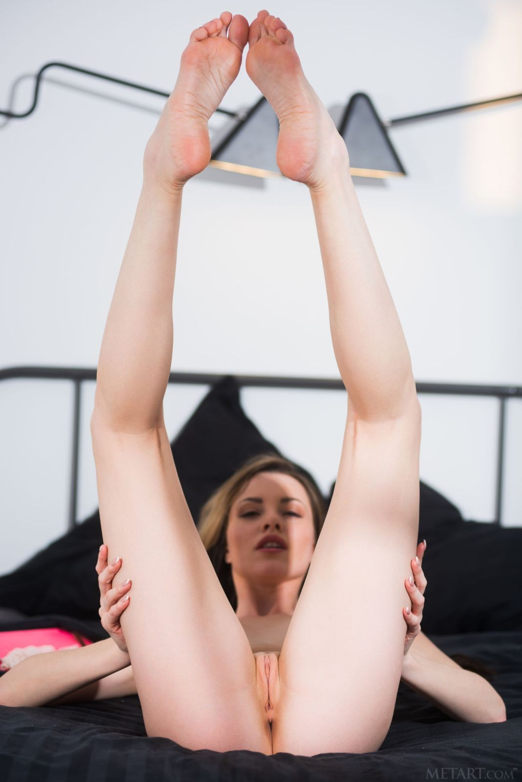 Девица в кружевных трусиках на кровати - фото