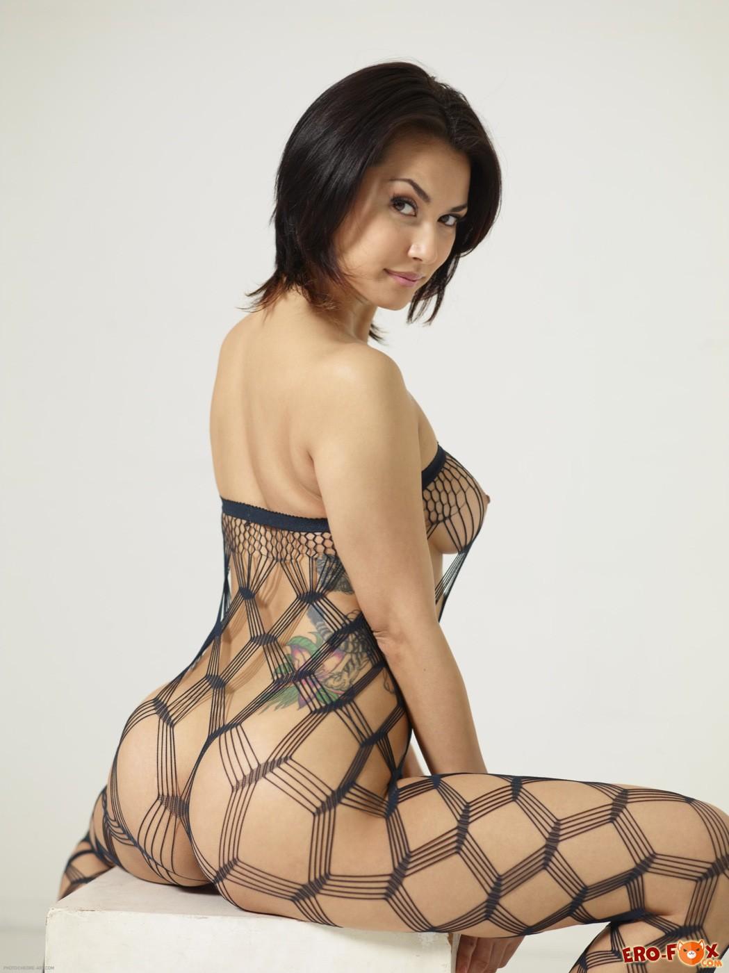 Сексуальная девушка в эротичном комбинезоне - фото