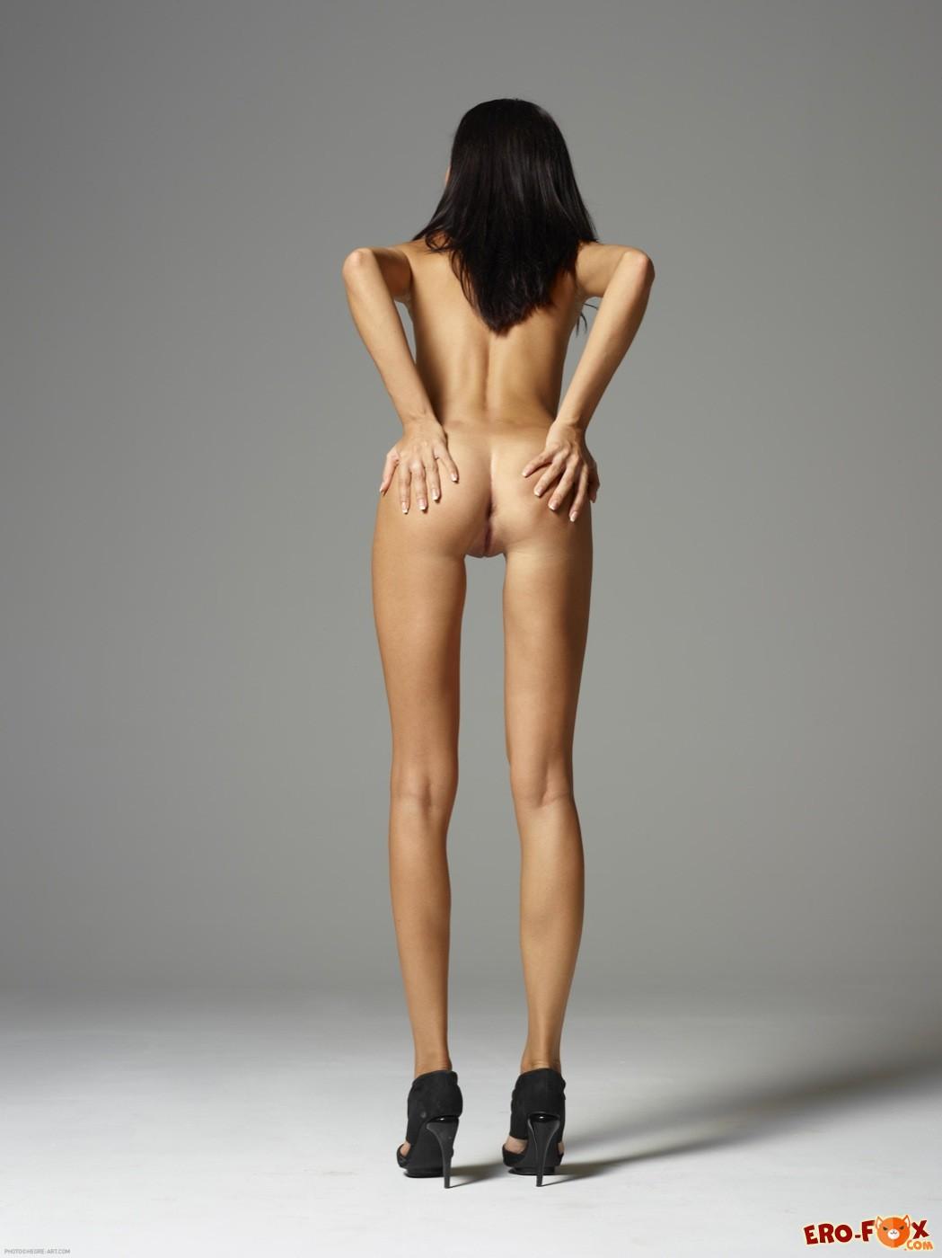 Худая брюнетка с тощей попкой голая - фото