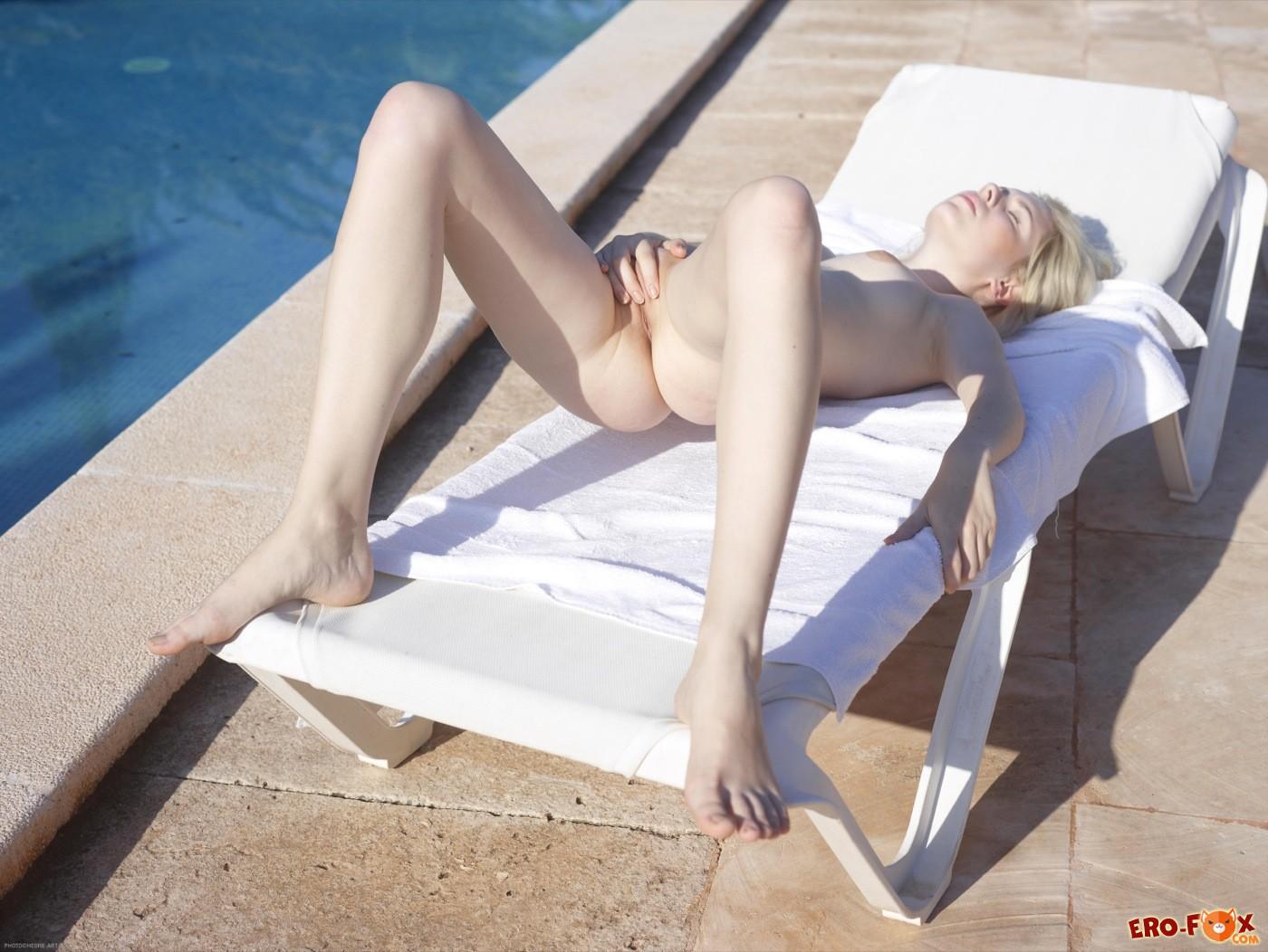 Блондинка с красивой упругой попкой на шезлонге - фото