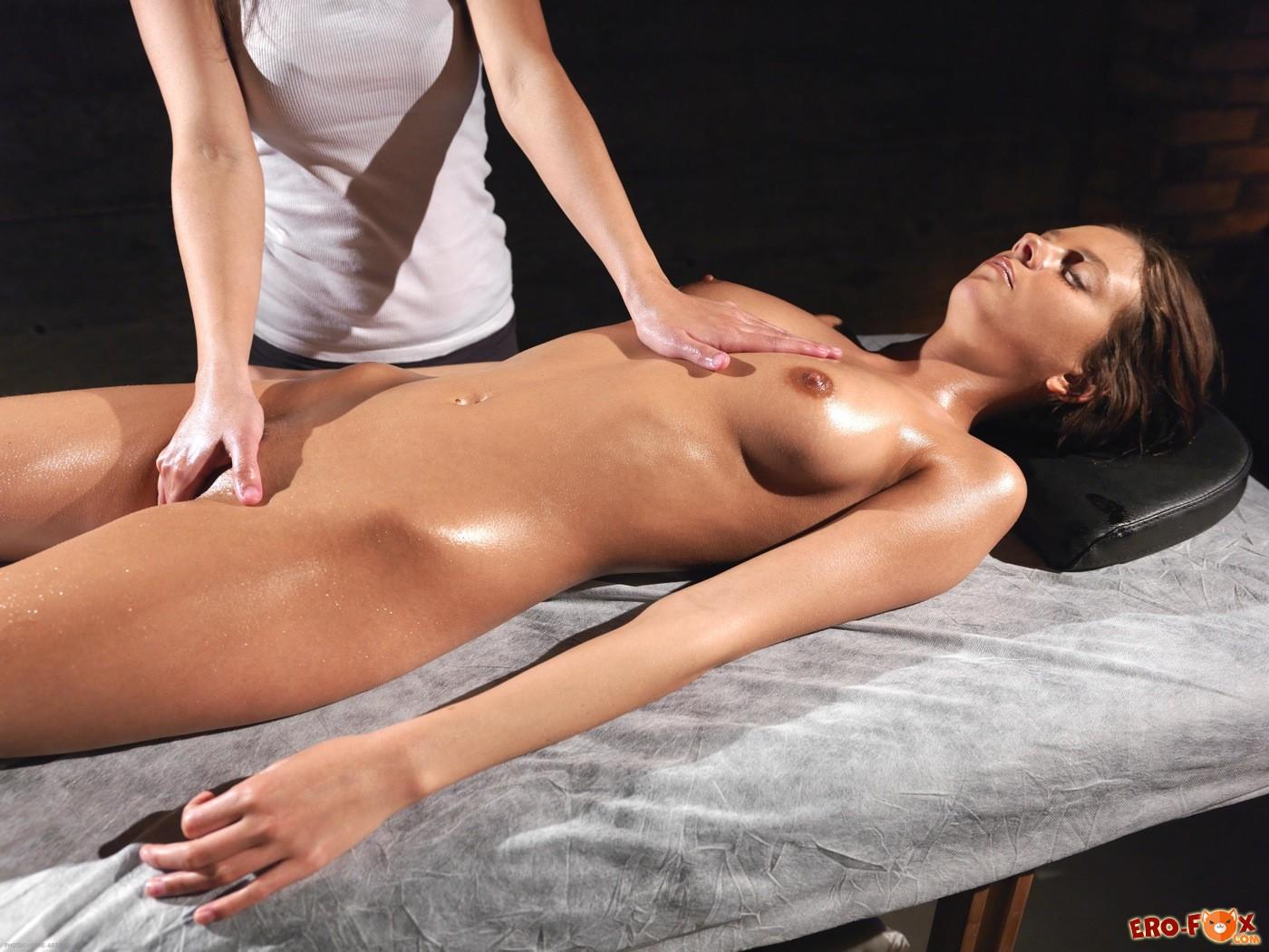 Девушка натирает другую маслом на массаже - фото