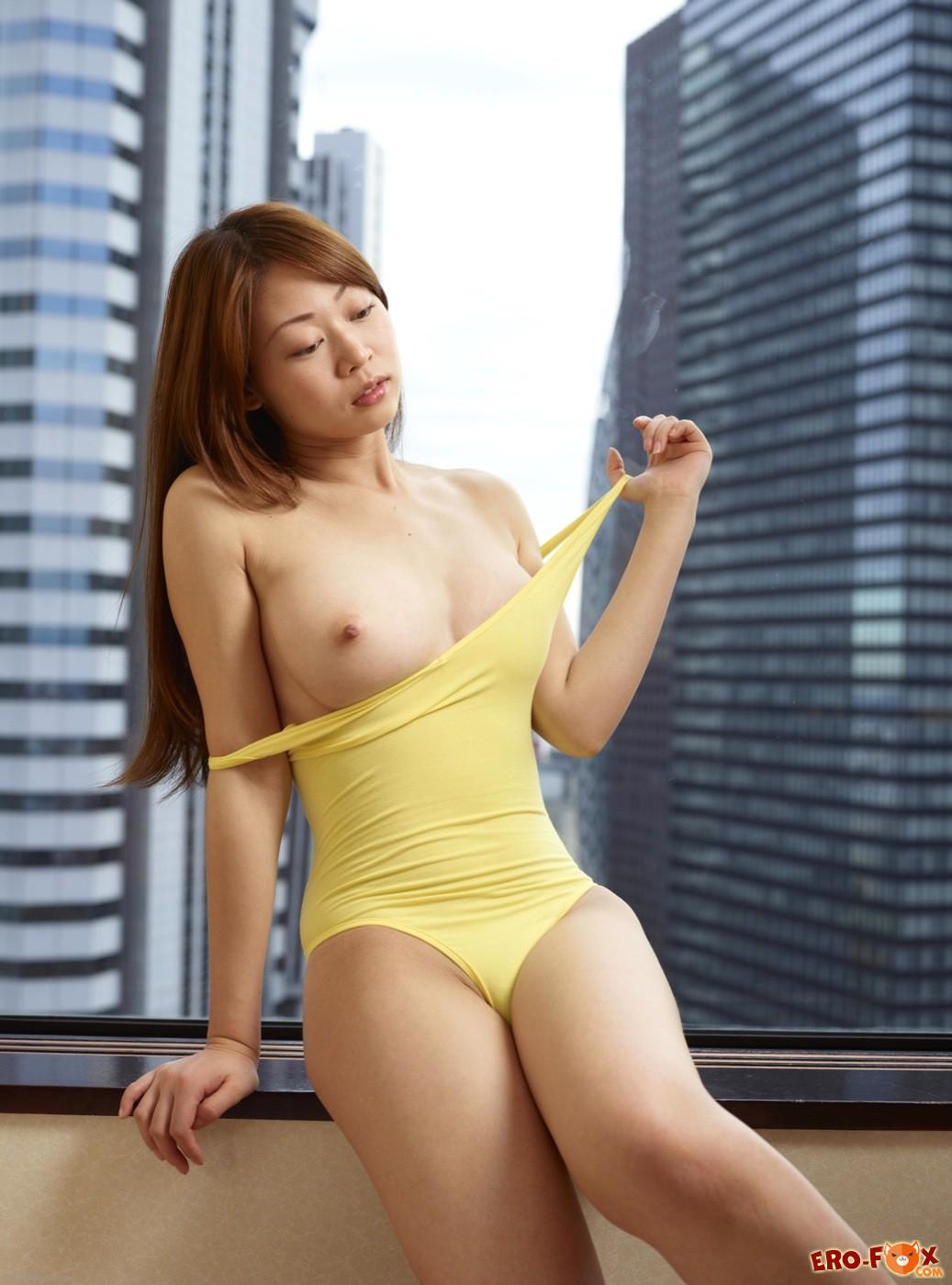 Японка с упругой грудью оголила волосатую письку - фото