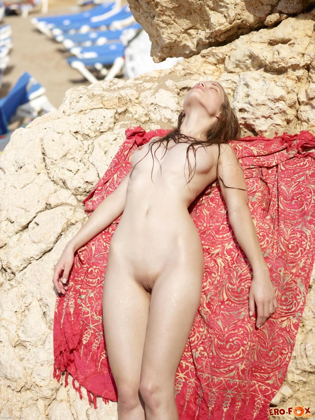 Молодая девица гуляет голая на пляже - фото