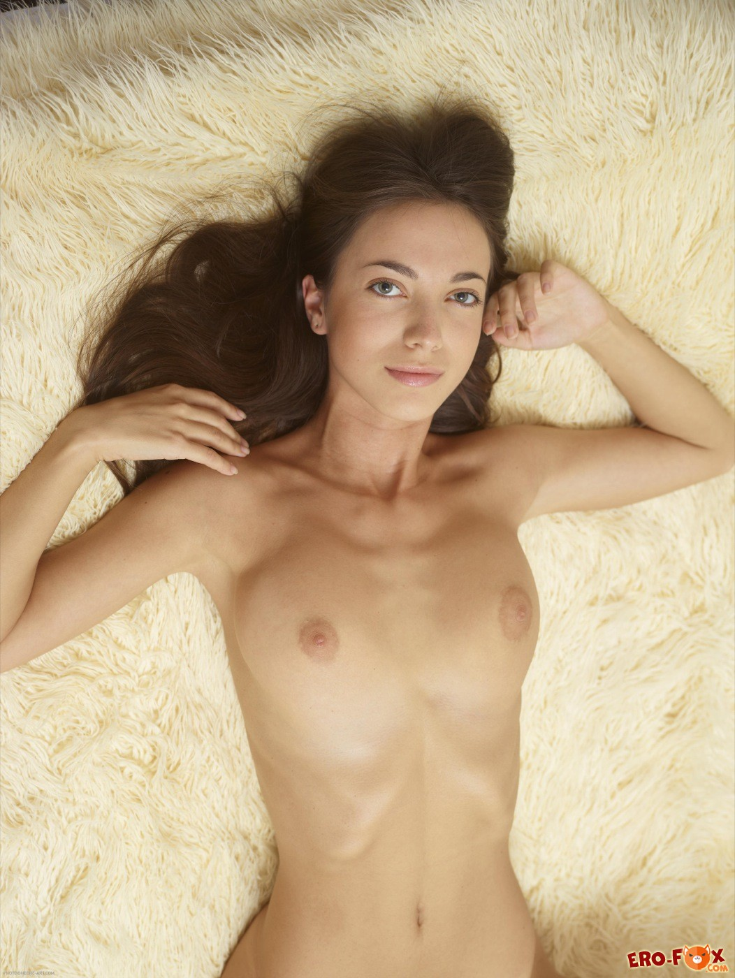 Нагая девица с красивой промежностью на кровати - фото