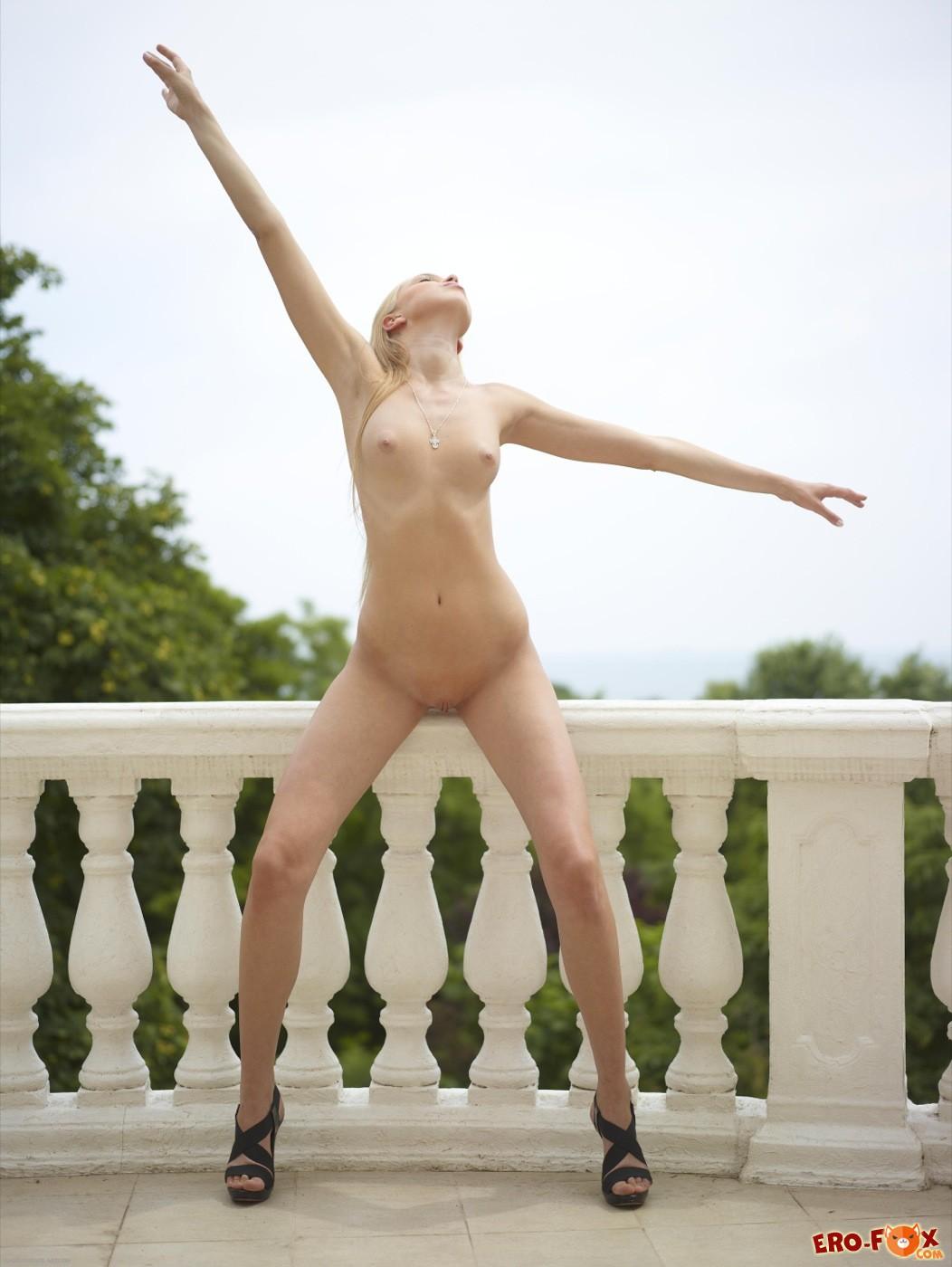 Голая блондинка с широким тазом - фото
