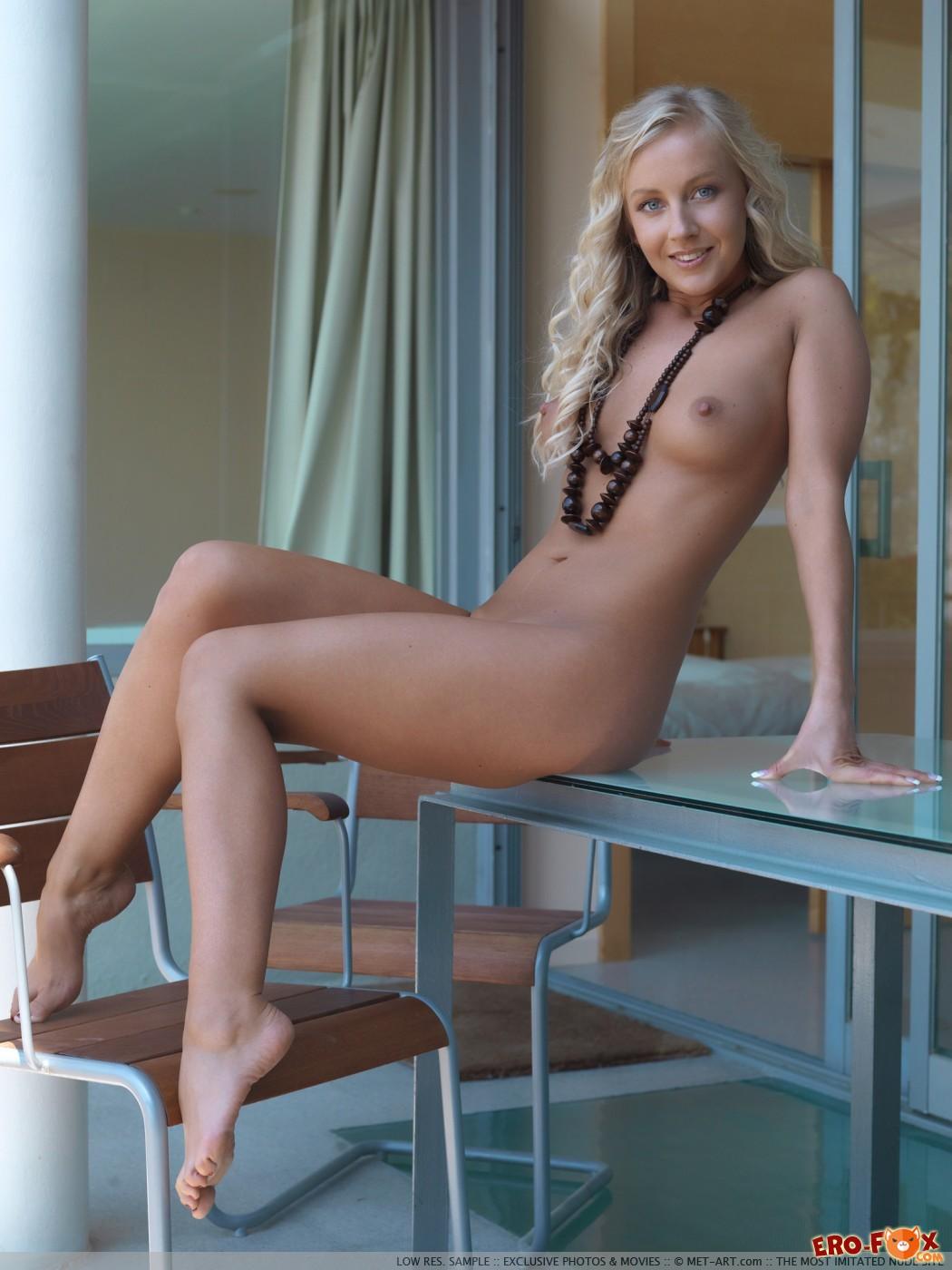 Раздвинув ноги блондинка показывает бритую письку - фото