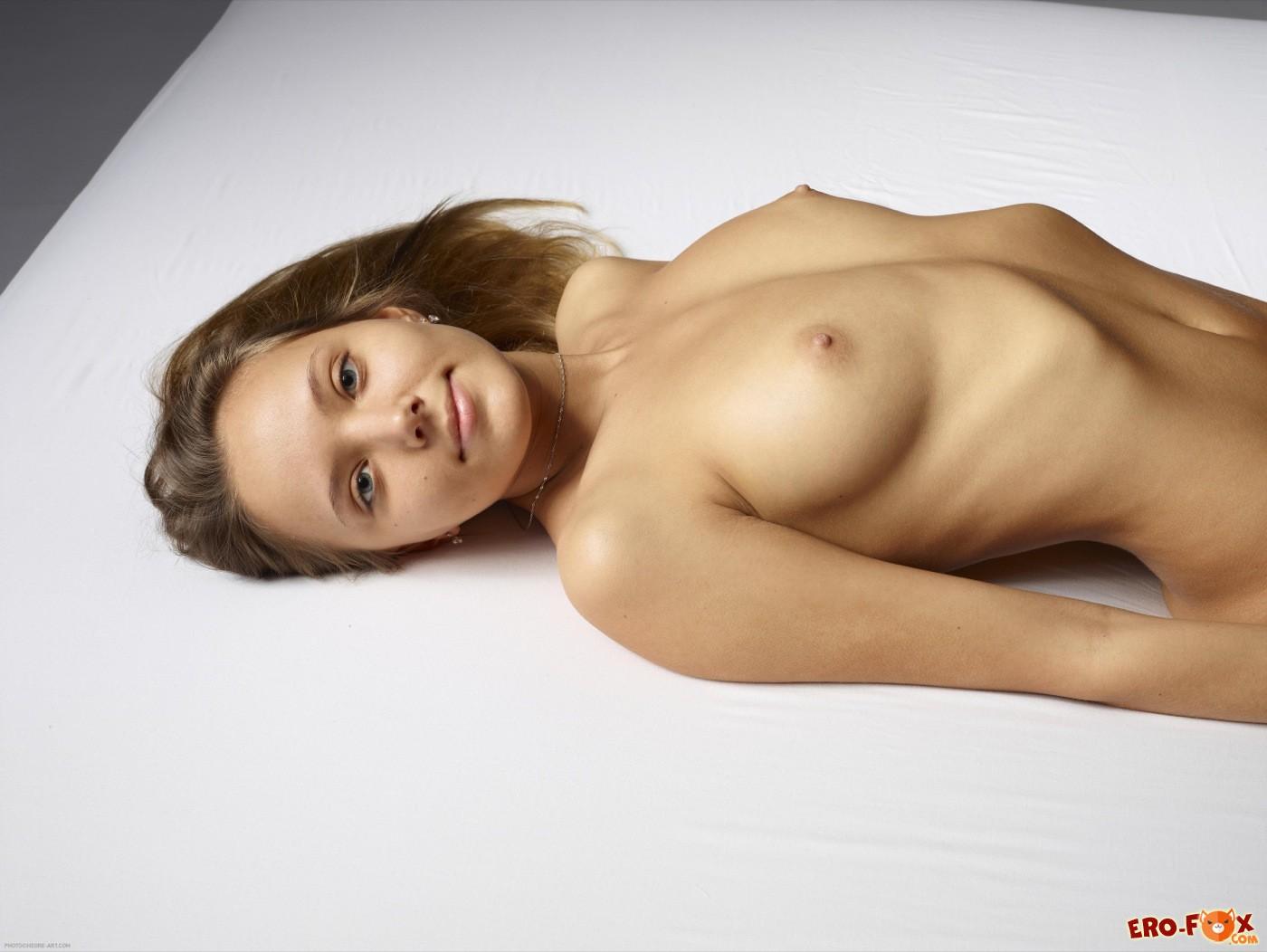 Раздвинув прижала ноги с голой писькой - фото