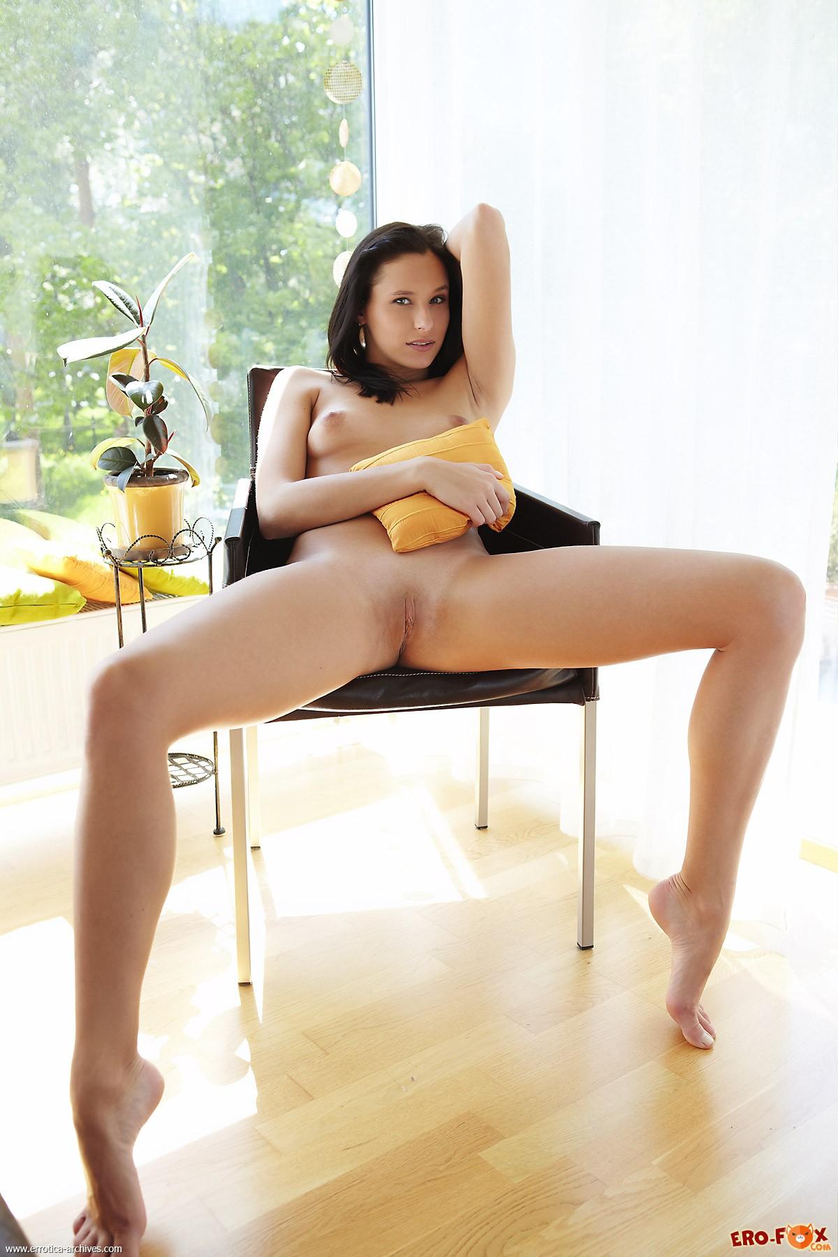Голенькая деваха широко раздвигает ноги на стуле - фото
