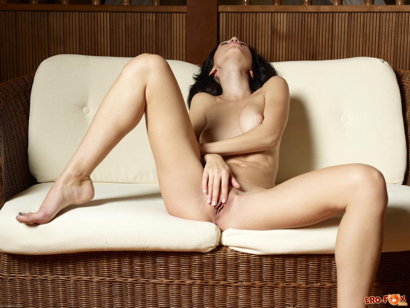 Девушка с красивой попочкой и упругими сиськами - фото