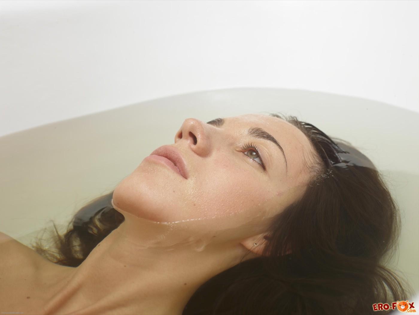Худенькая красотуля улеглась в ванне с водой - фото