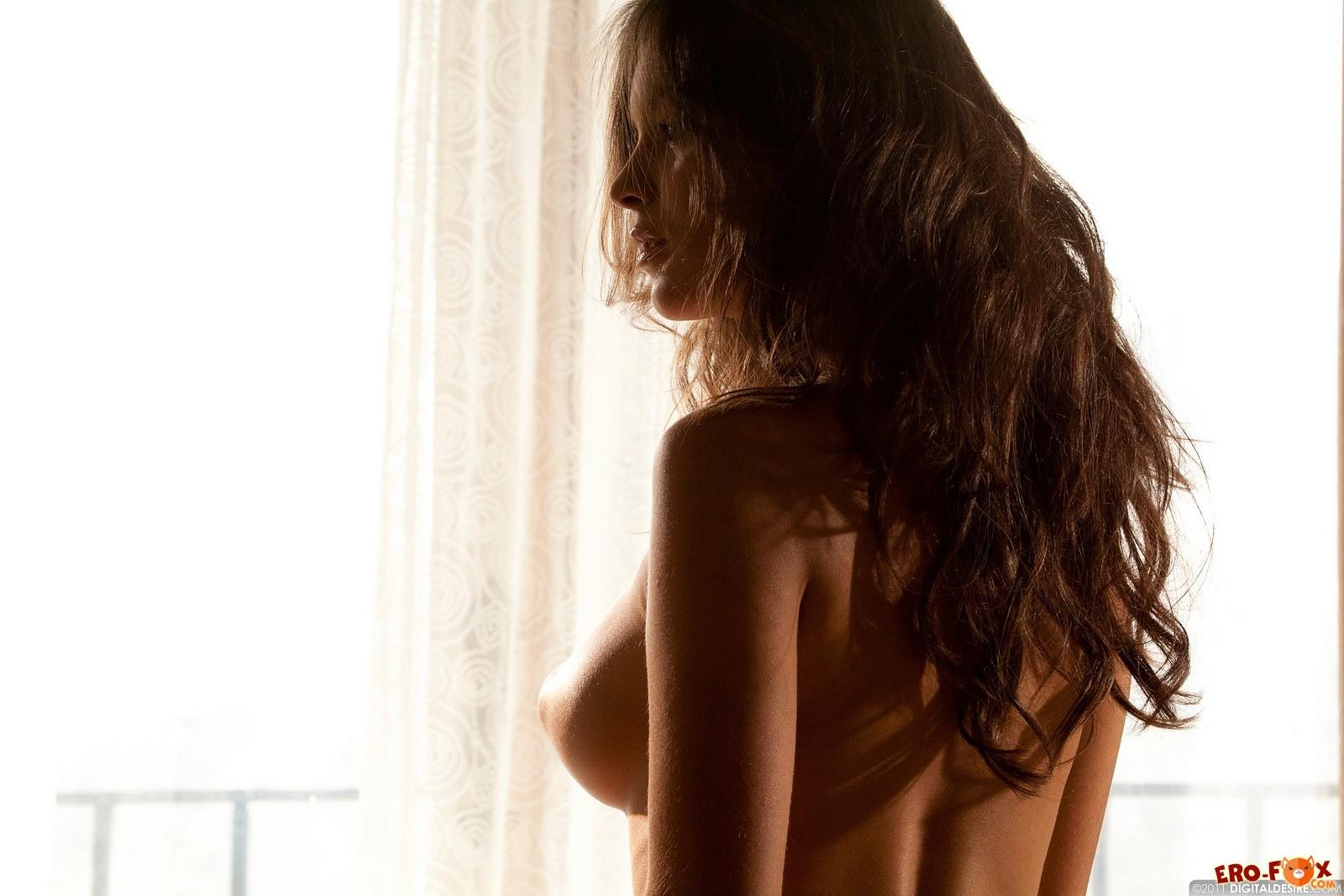 Грудастая деваха в чулках сняла трусики - фото