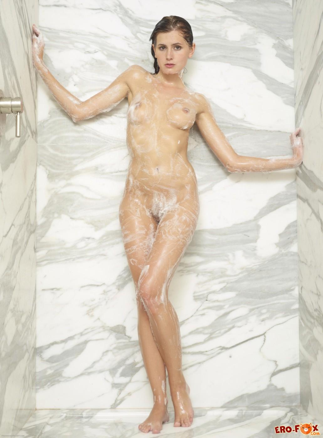Голая девушка в мыльной пене моется  - фото