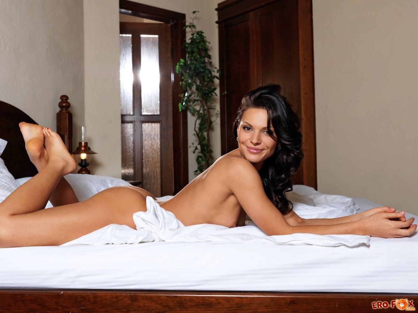 Голая брюнетка без трусов сняла колготки в постели - фото