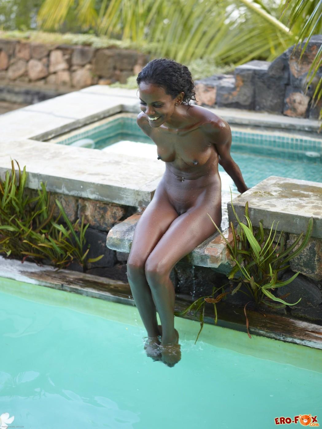 Тощая голая негритянка с маленькими сиськами - фото