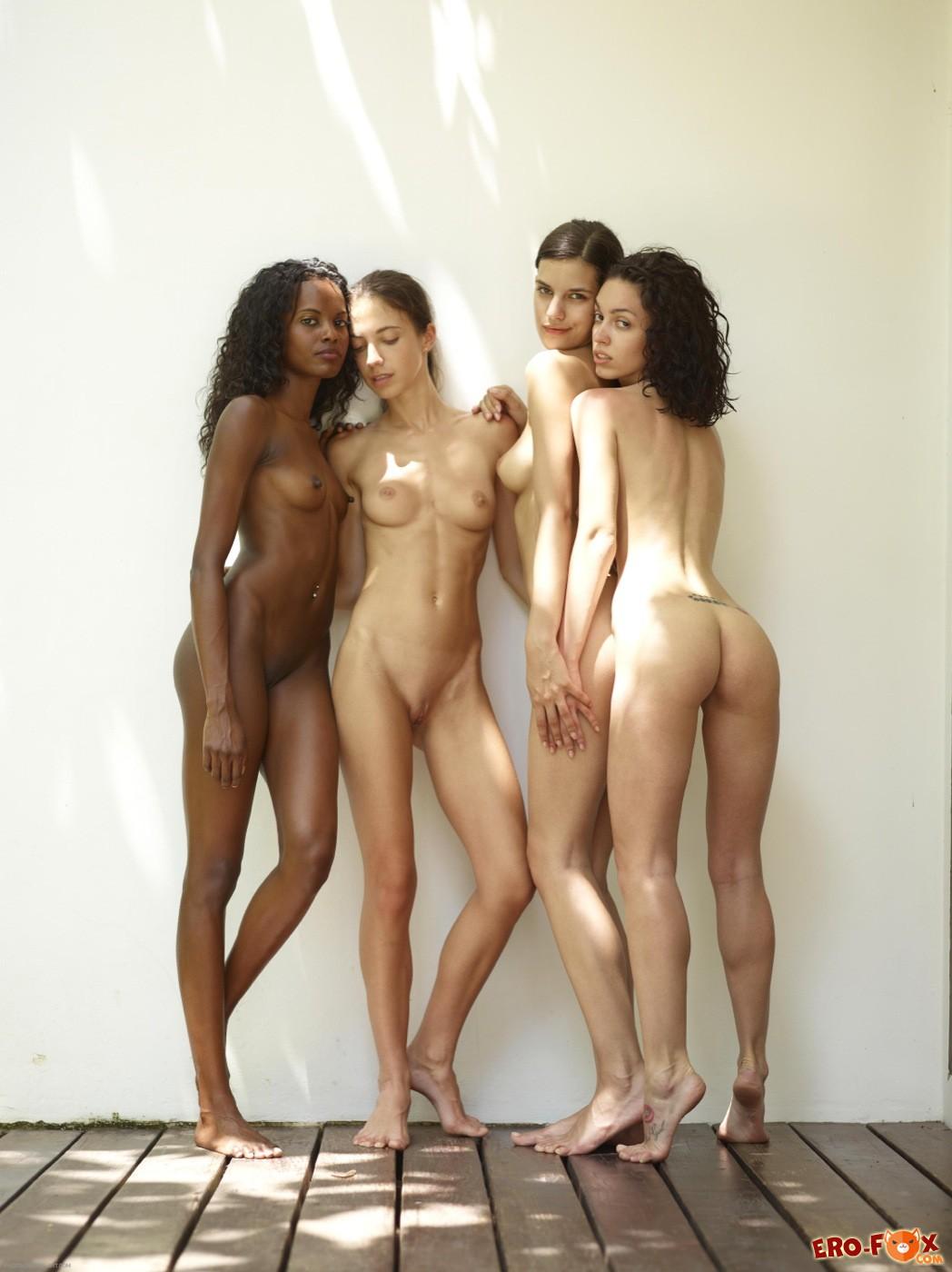 Четыре голые девушки сняли купальники - фото