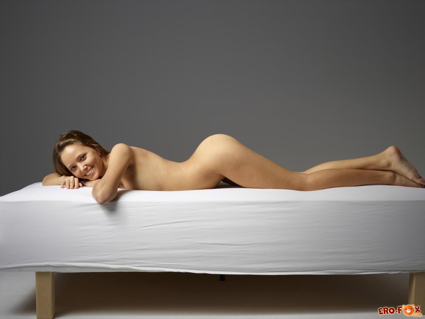 Молодая милашка с голыми сиськами и бритой писькой - фото