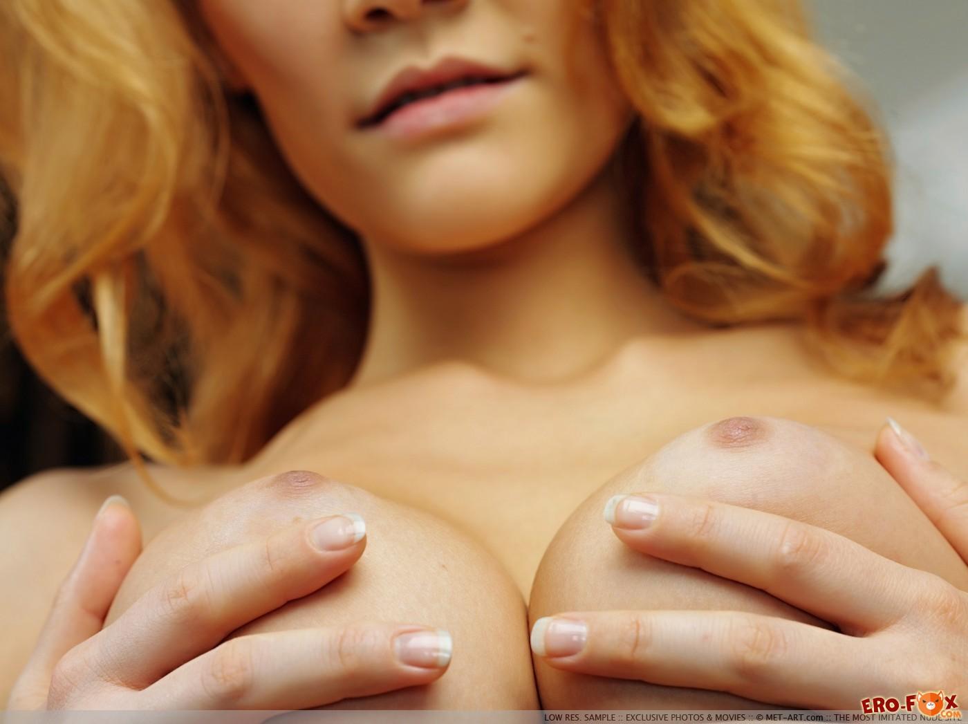 Девушка в пеньюаре показывает упругие дойки и письку - фото